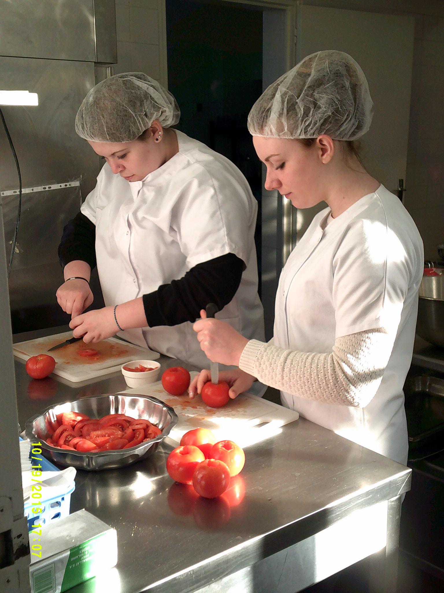 Photo de deux élèves en cuisine